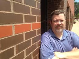 """Redactor concediat de cotidianul pentru care lucra pentru că a criticat """"biblia gay"""" pe blogul său personal"""