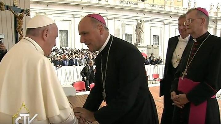 Salutul papei Francisc adresat pelerinilor români, în interviul cu episcopii P. Gherghel și V. Bercea după audiența la papa Francisc