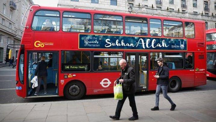 O reclama Glorie lui Allah afisata pe autobuzele londoneze starneste polemici, dupa ce un videoclip anglican care promova Tatal Nostru a fost interzis de Craciun