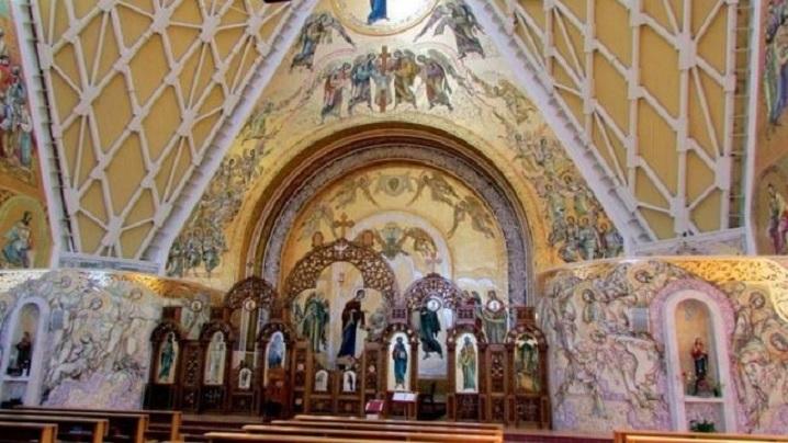 REPORTAJ: O biserică cu arhitectură unică în România, ctitorită la Reghin de cardinalul Alexandru Todea (FOTO)