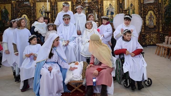 """FOTO: Moment emoţionant prezentat de copiii cu nevoi speciale în Catedrala """"Sfânta Treime"""" Blaj"""
