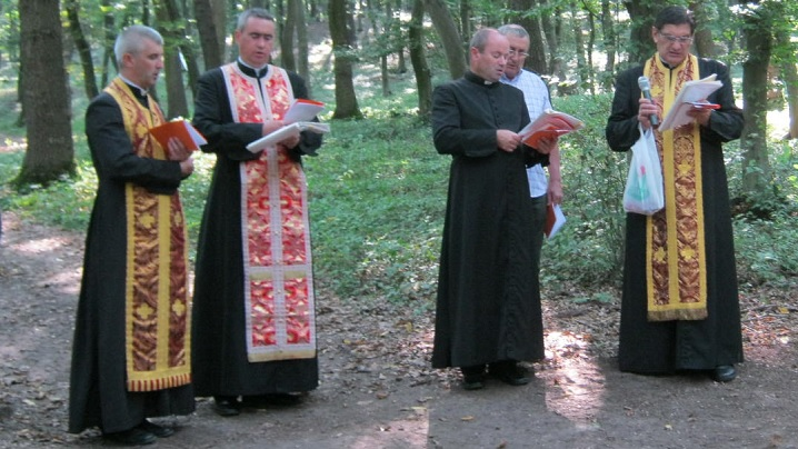 FOTO: Calea Sfintei Cruci în pădurea din Cărbunari