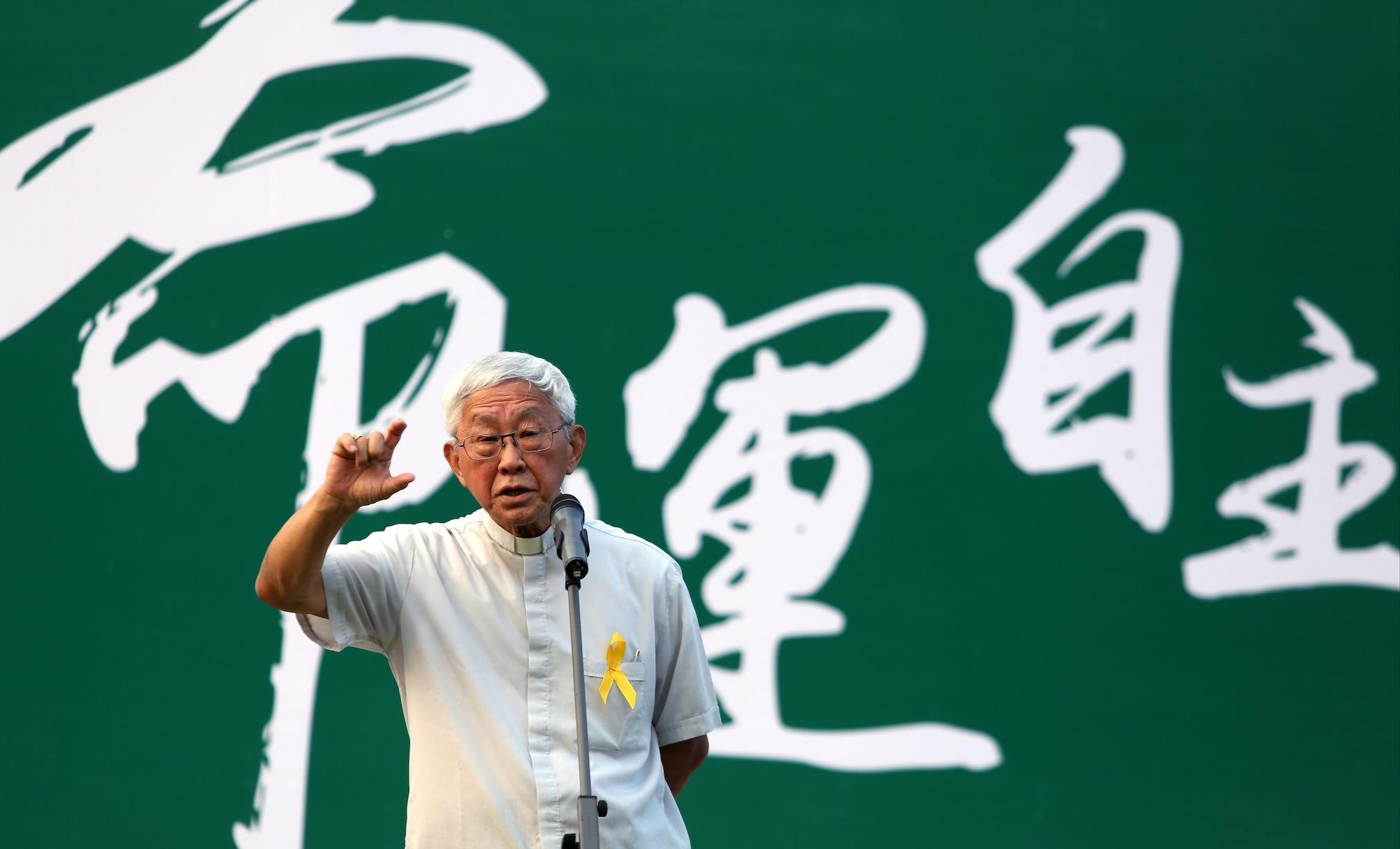 """Cardinalul Zen în piaţă cu studenţii: """"Suntem gata să mergem la închisoare pentru democraţie"""""""