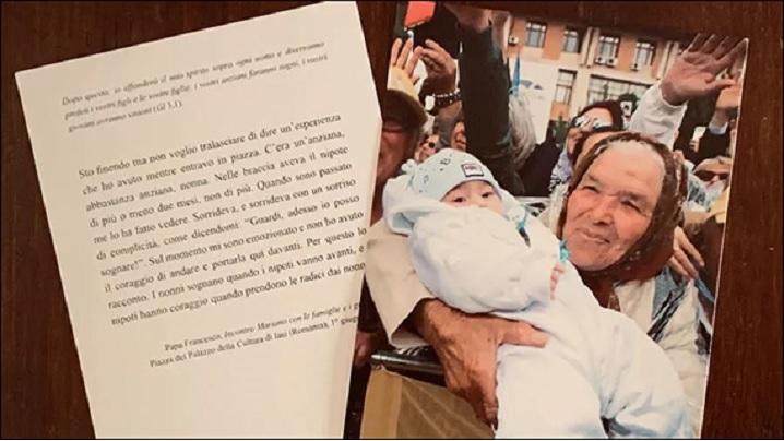 Cadoul Papei: o ilustrată cu fotografia bunicii românce care ţine nepotul în braţe
