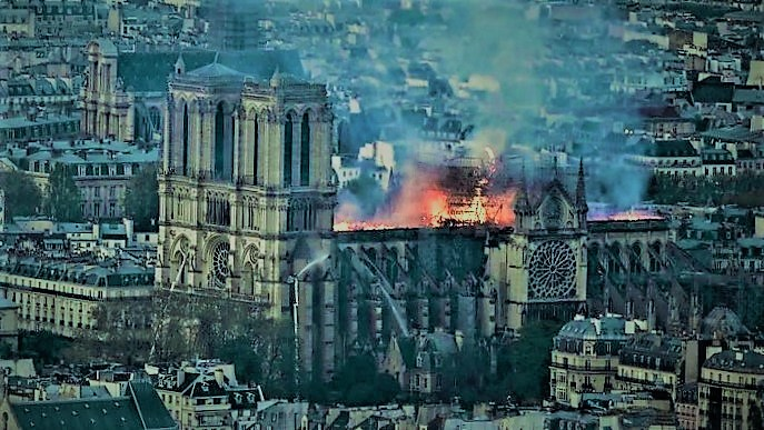 Acoperișul și turla au ars, dar zidurile și turnurile au rămas. Vom reconstrui Notre Dame