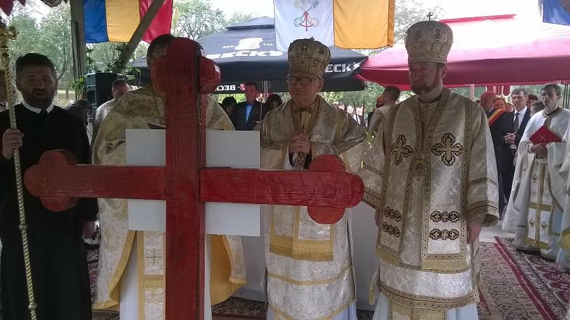 FOTO: Sfinţirea pietrei de temelie a noii biserici greco-catolice din Cătina