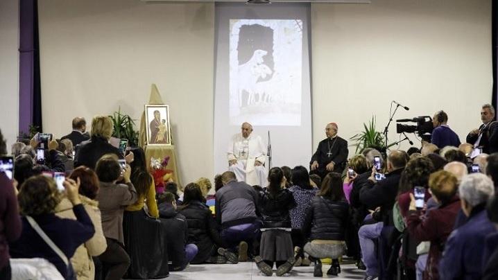 Nu poți să-i ajuți pe cei săraci stând departe de ei: papa Francisc, în vizită la Citadela carității din Roma