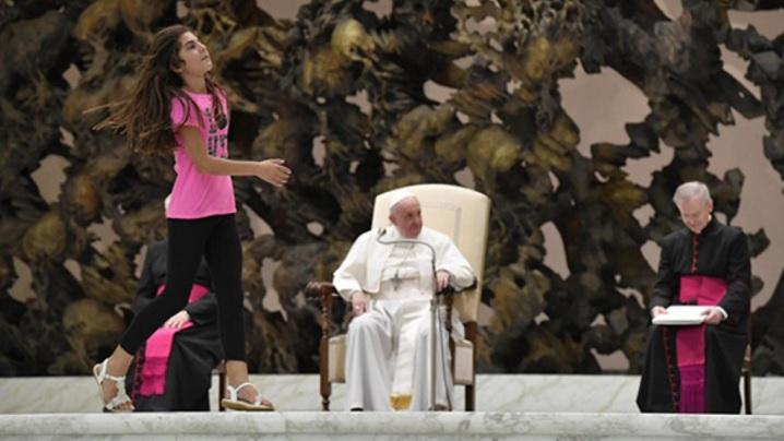 Gest neaşteptat al Papei Francisc față de o fetiţă bolnavă care a sărit bătând din palme în timpul discursului său