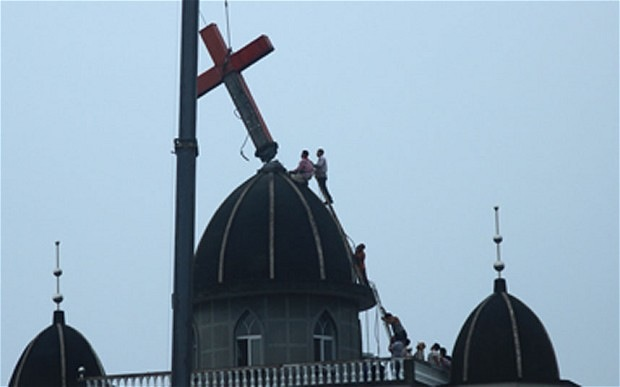 Panică mare în rândul creștinilor din China. Peste 360 de biserici și cruci au fost distruse