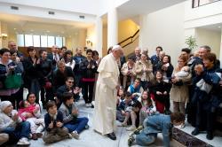 """Copiii bolnavi de la """"Gemelli"""" îmbrăţişaţi de Papa"""