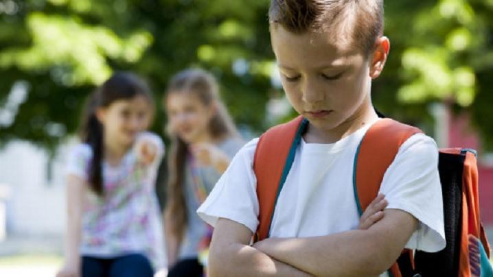 Copilul îți este insultat la școală. Iată ce poți face