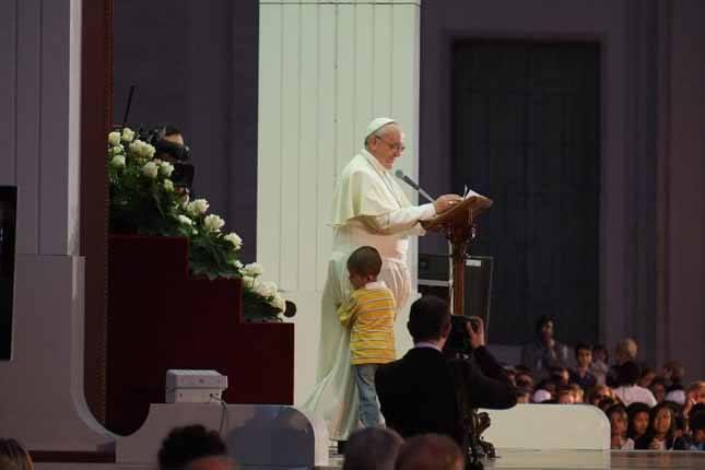 FOTO: un copil a trecut de cordonul de securitate și s-a apropiat de Papa Francisc