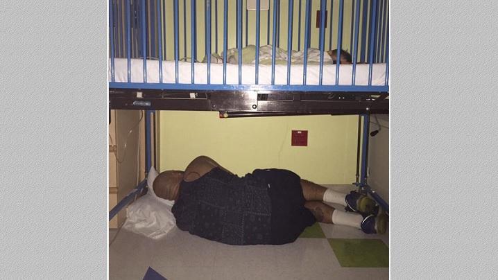 Fotografia cu tatăl care doarme în spital sub patul fiului său a emoționat internauții
