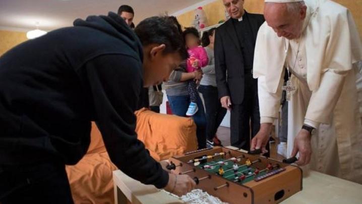 O partidă de fotbal de masă cu papa Francisc