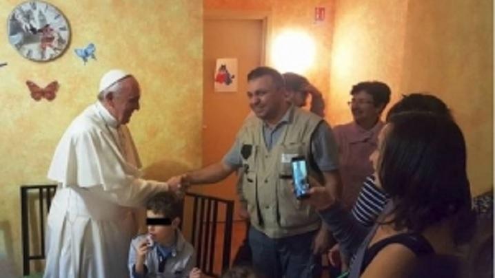 """SURPRIZĂ neașteptată pentru un ROMÂN care lucrează în Roma: """"M-am întâlnit cu Papa Francisc, a venit pe ascuns, ne-a luat prin surprindere"""""""