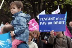 În Franța au fost legalizate căsătoriile homosexuale. Protestele continuă