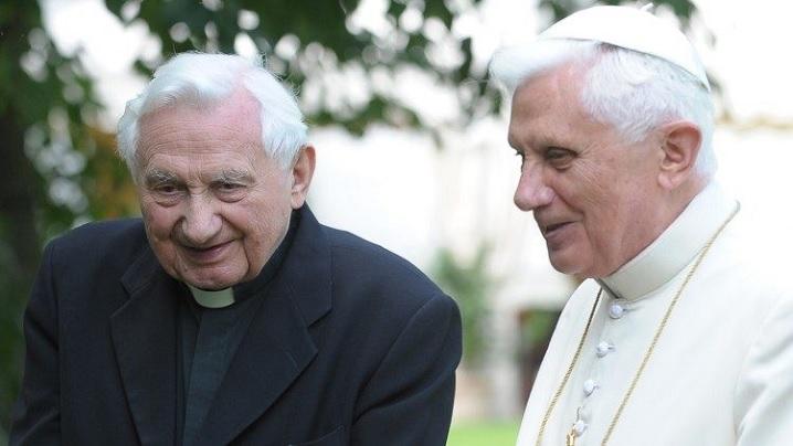 Papa emerit Benedict al XVI-lea a ajuns în Germania pentru a fi alături de fratele bolnav