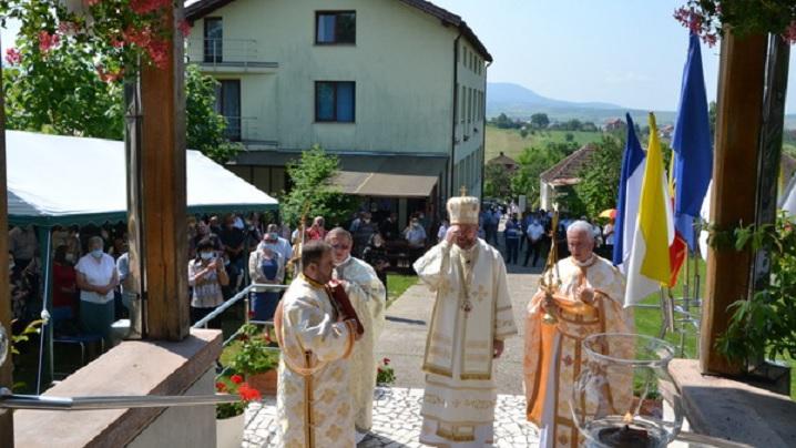 """Foto: Hramul Bisericii """"Sfinții Apostoli Petru și Pavel"""" din Prilog"""
