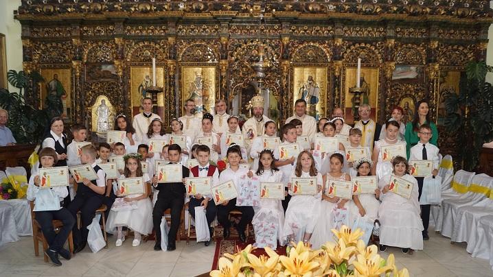 FOTO: Prima Sfântă Împărtășanie solemnă pentru 33 de copilași
