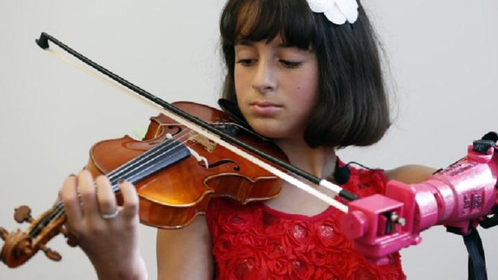 VIDEO. Cum reușește o tânără fără un braț să cânte la vioară