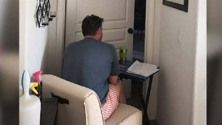 Imaginea devotamentului: soțul așteaptă în fața ușii soției bolnave