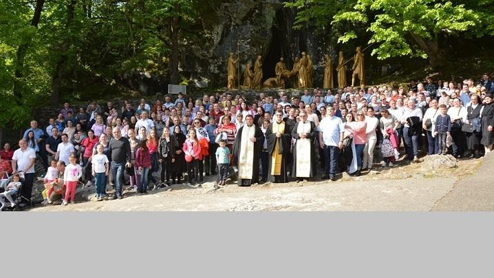 FOTO: Pelerinaj comun al credincioșilor greco-catolici români de la Paris și Roma la Lourdes