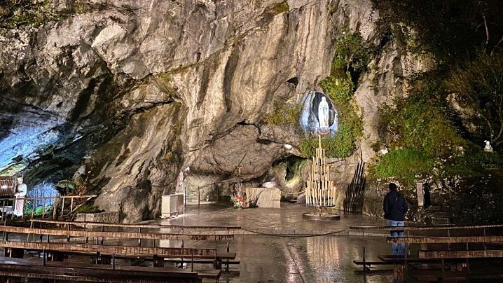 Lourdes. Reluată, fără pelerini, rugăciunea continuă a capelanilor la Grota Aparițiilor