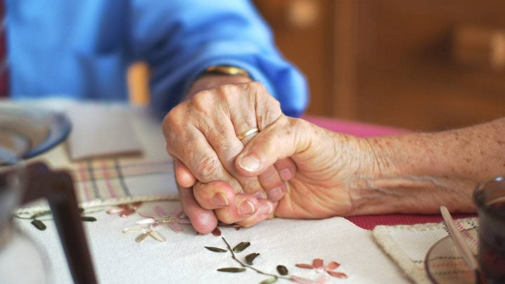 Își hrănește soția de 93 de ani, bolnavă de Alzheimer. Fotografia a devenit virală pe internet