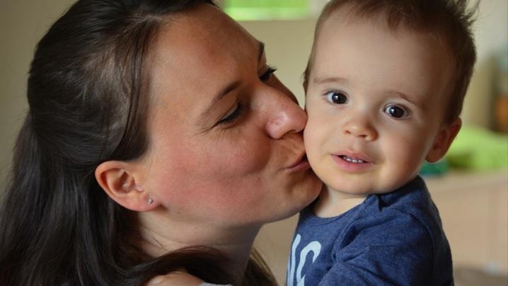 Se simplifică procedurile pentru românii care vor să înfieze un copil