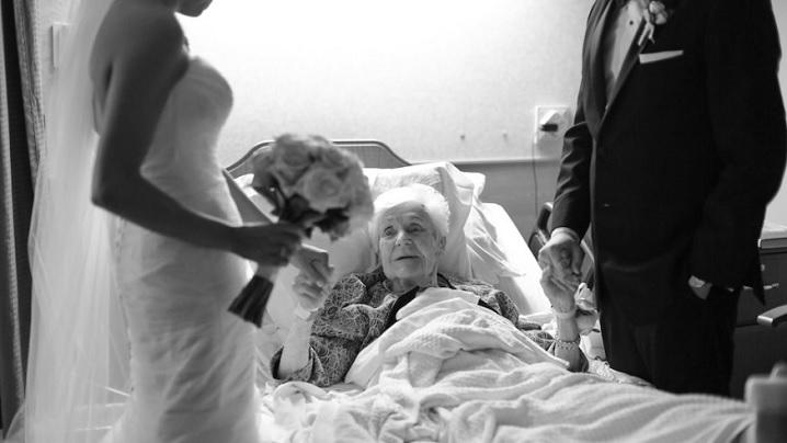 În ziua căsătorie lor i-au făcut o frumoasă surpriză bunicii ce se afla în spital