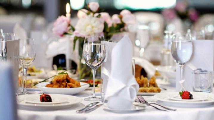 O masă prevăzută pentru nuntă a fost oferită persoanelor nevoiașe
