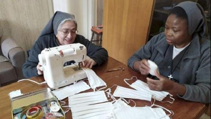 """""""Roagă-te și muncește"""". Călugărițele se roagă și produc măști de protecție"""