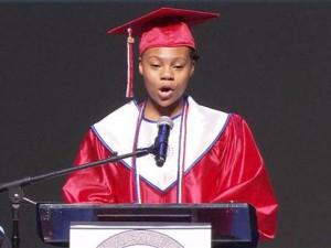 Deşi locuieşte într-un adăpost pentru oamenii străzii, a absolvit liceul ca şefă de promoţie