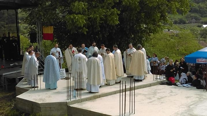 FOTO: Sfințirea pietrei de temelie a noii biserici din localitatea de naștere a Vestitorului Marii Uniri