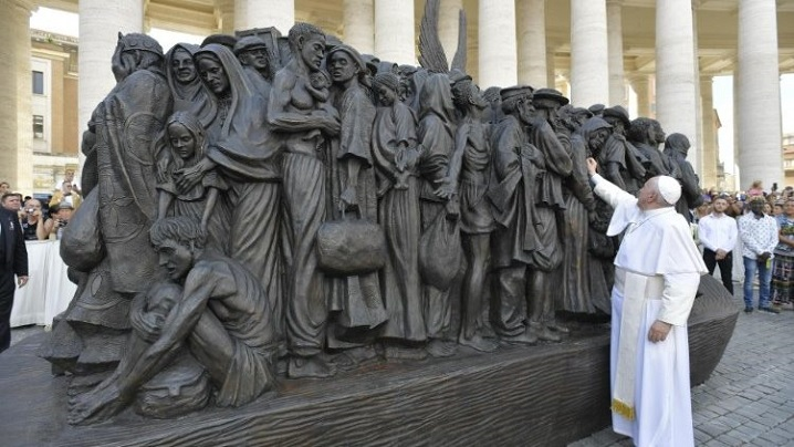 Papa Francisc dedică migranților un monument în Piața Sf. Petru
