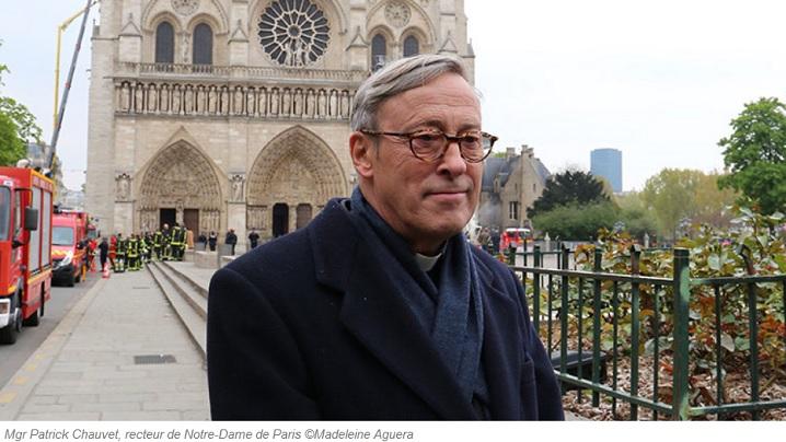 FOTO: Cocoșul cu trei relicve din vârful turlei găsit neatins de flăcări printre dărâmăturile de la Notre-Dame