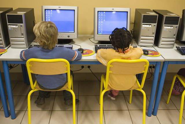 Tinerii de astăzi sunt supuşi unui bombardament multimedia