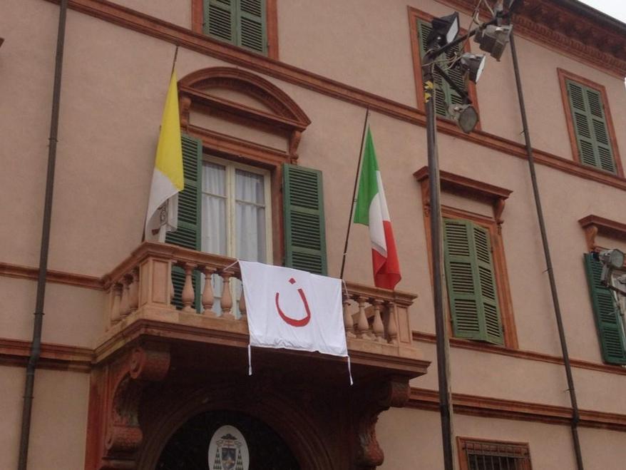 """Litera arabă """"N"""" a creştinilor persecutaţi amplasată pe casa parohială din Cervia"""