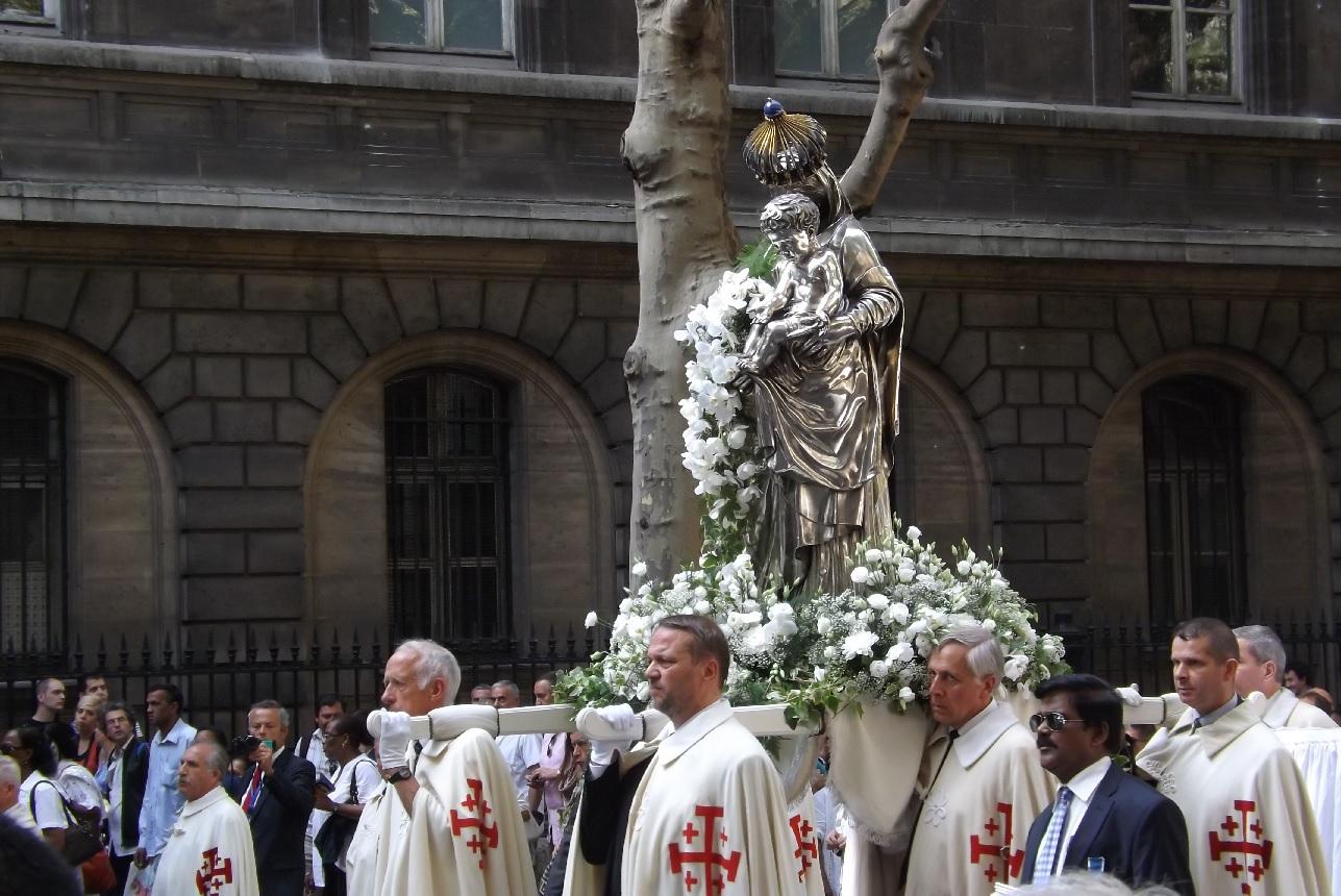 Procesiuni prin centrul Parisului cu ocazia sărbătorii Adormirii Maicii Domnului