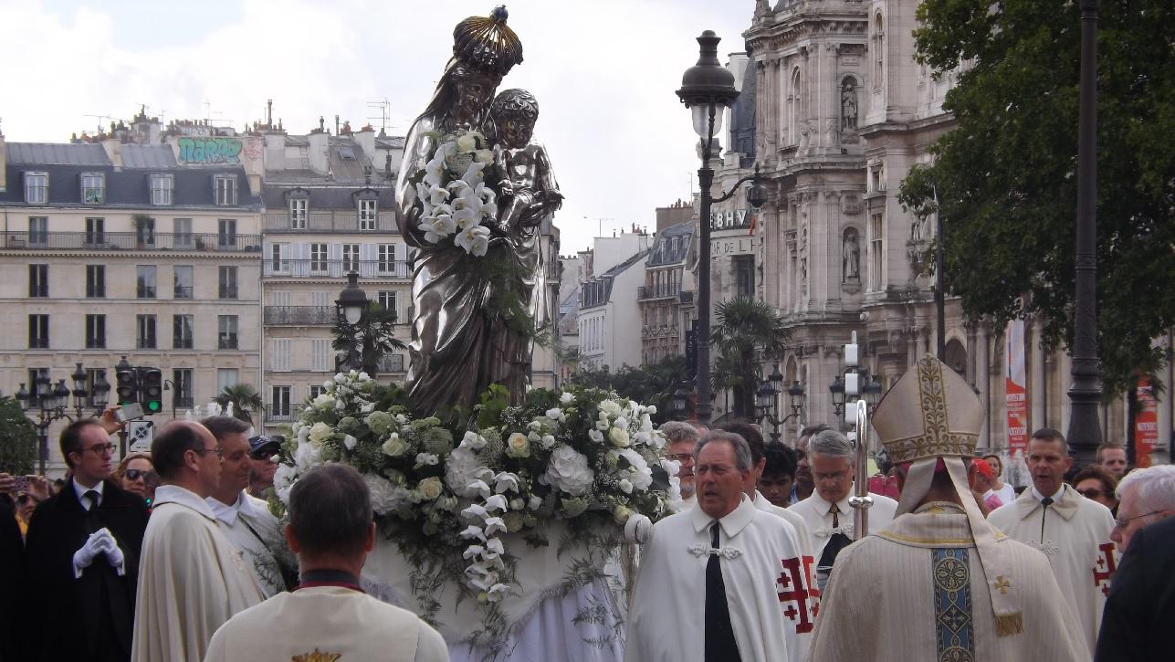 FOTO: Procesiune prin centrul Parisului în ziua Adormirii Maicii Domnului