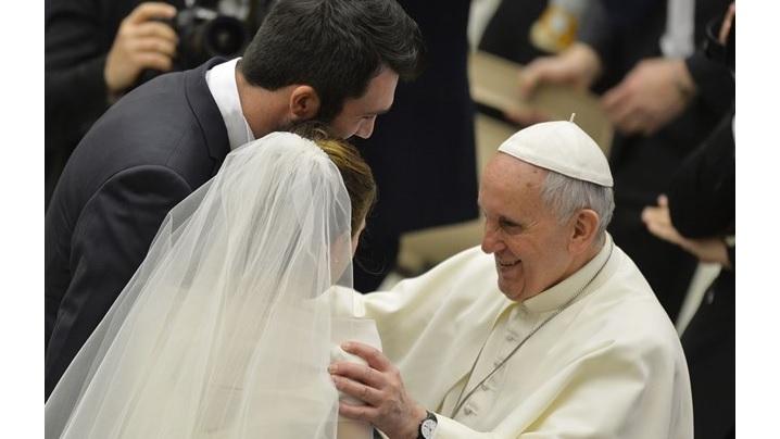 Papa, tinerilor de astăzi: «Nu vă fie frică să vă căsătoriţi»