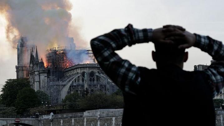 Românii de la Paris se roagă pentru salvarea Catedralei Notre Dame