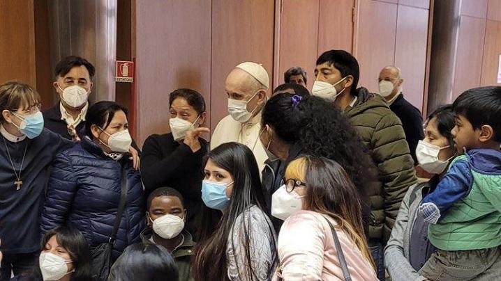 Papa Francisc, în vizită la nevoiașii care așteptau să fie vaccinați în Cetatea Vaticanului