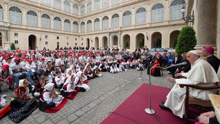 Papa Francisc le vorbește copiilor despre România