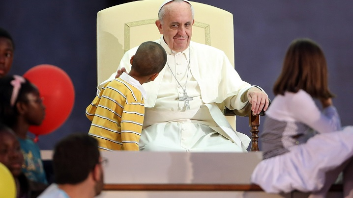 VIDEO: Papa Francisc, amuzat de năzdrăvăniile unui băiețel