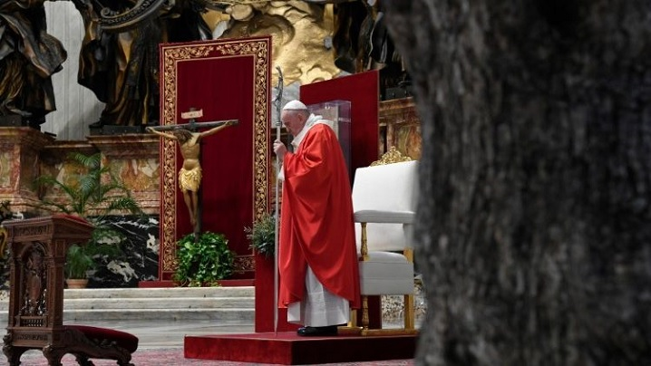 Vinerea Sfântă cu Papa Francisc: Patima Domnului în bazilică și Calea Crucii în Piața Sfântul Petru