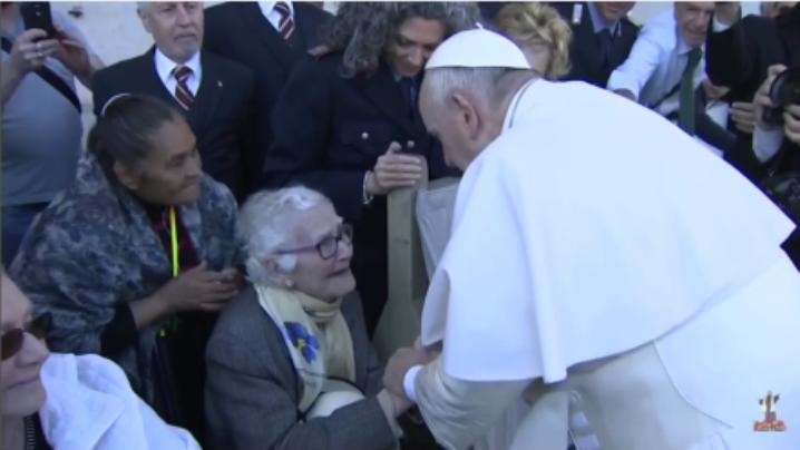 Papa Francisc salută o bunică