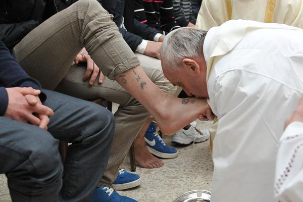 Spălarea picioarelor este gestul Bisericii chemate dintotdeauna să-și pună șorțul slujirii