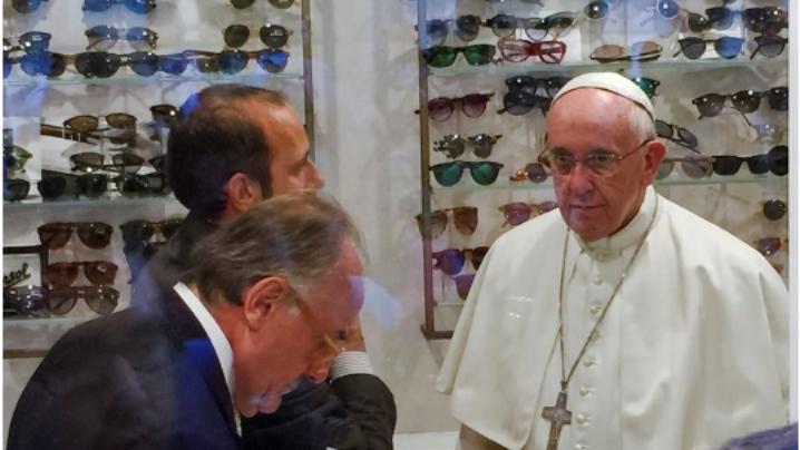 FOTO: Papa Francisc, vizită surpriză la optică pentru a-şi schimba lentilele