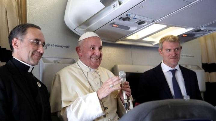 Papa Francisc, jurnaliștilor: nu pot uita un gest pe care l-am văzut în România